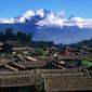 世界遺産 麗江-瓦屋根と玉龍雪山